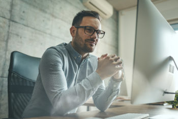 Angestellter recherchiert Gehaltskonten