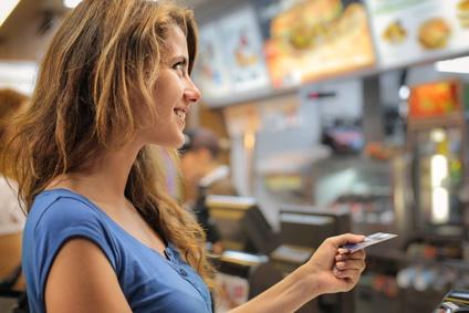 Azubi mit Kreditkarte