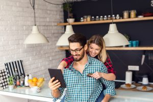 Ehepaar mit Kreditkarte