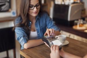 Frau tätigt Kartenzahlung