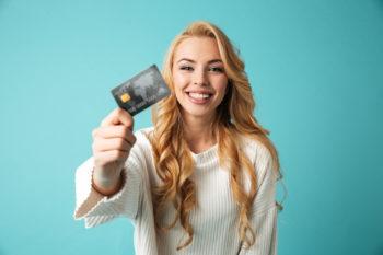 Frau mit eigener Kreditkarte