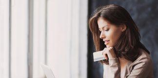 Frau mit prepaid Kreditkarte