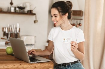 Junge Frau mit Onlinekonto
