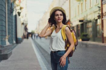 Junge Frau auf Reise