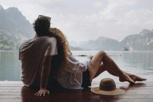 Junges Paar auf Reise im Ausland