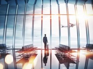 Vielreisender Mann am Flughafen