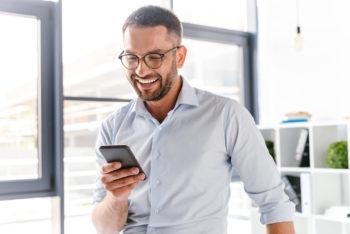Mann mit Banking App