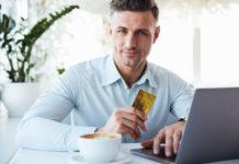 Mann mit goldener Kreditkarte