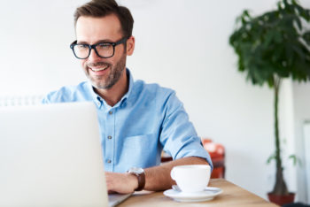 Man mit Online-Girokonto