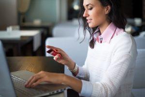 Frau mit Konto und Kreditkarte