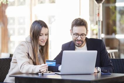 Paar mit Kreditkarte