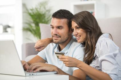 Paar Shopping mit Kreditkarte