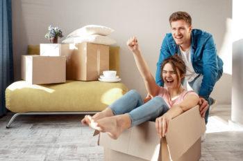 Paar beim Umzug in Wohnung
