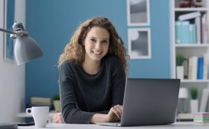 Schülerin am Laptop