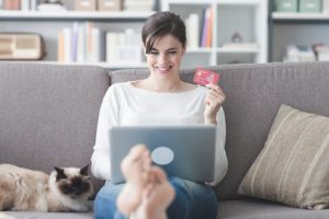 Studentin mit Kreditkarte